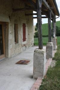 Pose d'une frise et d'un carré central en carreaux anciens de terre cuite pour une future terrasse bois